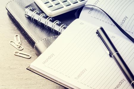 Concepto de negocio con la agenda, el teléfono móvil y calculadora. Copia espacio