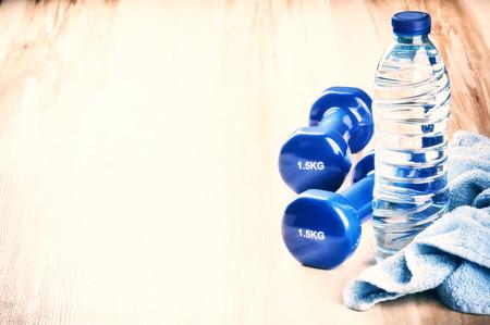 toallas: Concepto de fitness con pesas y botella de agua. Después ajuste entrenamiento