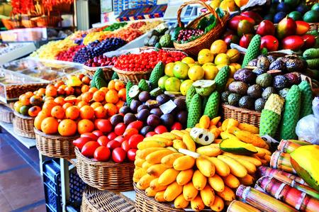 Frutas exóticas frescas en mercado de los Labradores. Funchal, Isla de Madeira Foto de archivo
