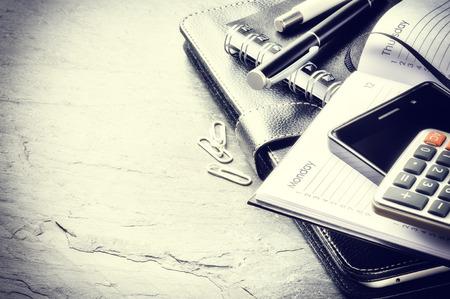 Business concept met agenda, mobiele telefoon en rekenmachine. Kopieer de ruimte