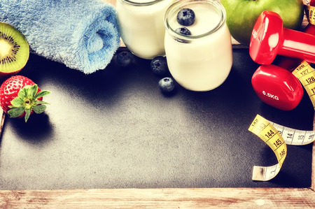 Fitness concept with dumbbells and healthy food. Copy space Standard-Bild