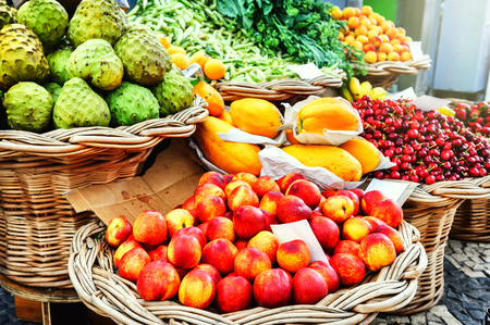 frutas tropicales: Frutas exóticas frescas en mercado de los Labradores. Funchal, Madeira