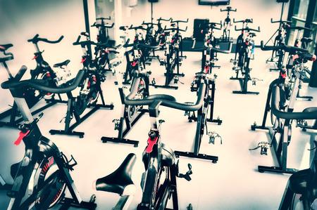 Gezonde levensstijl concept. Spinning klasse met lege fietsen