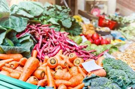 agricultor: Verduras frescas en el mercado local de agricultores Foto de archivo