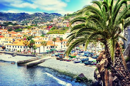 pescador: Vista de Camara de Lobos, pequeño pueblo de pescadores en la isla de Madeira