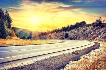 Bellissimo paesaggio autunnale con la strada tutta curve. concetto di corsa