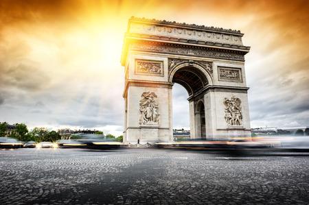 Mooie zonsondergang over Arc de Triomphe op het Place de l'Etoile, Parijs