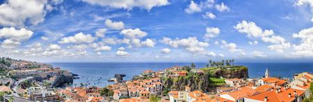 pescador: Paisaje panor�mico con vista de Camara de Lobos, peque�o pueblo de pescadores en la isla de Madeira. espacio de la copia Foto de archivo