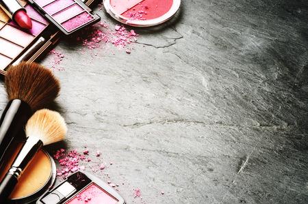 maquillaje de ojos: Varios productos de maquillaje en tono rosa con copyspace