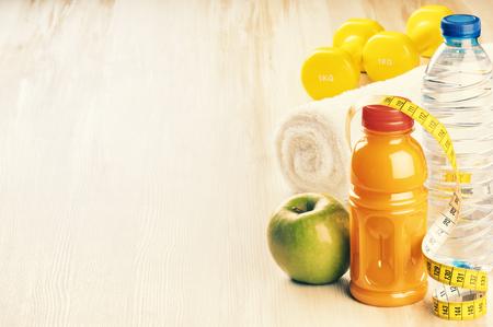 manzana verde: el concepto de fitness con pesas, manzana verde y una botella de agua. espacio de la copia