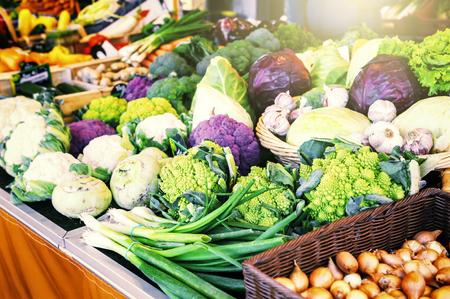 agricultor: Vegetales orgánicos frescos en el mercado local de agricultores