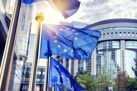 EU-vlaggen zwaaien in de voorkant van het Europees Parlement gebouw. Brussel, België Stockfoto - 47674412