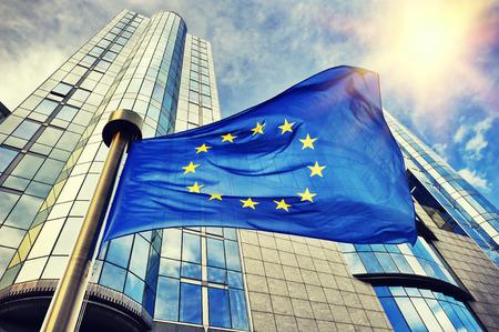 bandeira da UE acenando na frente do edifício do Parlamento Europeu. Bruxelas, Bélgica