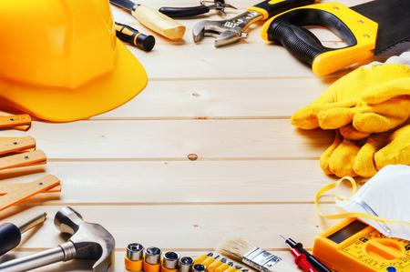 kapelusze: Ramki z różnych narzędzi na tle drewnianych. Budowa koncepcji
