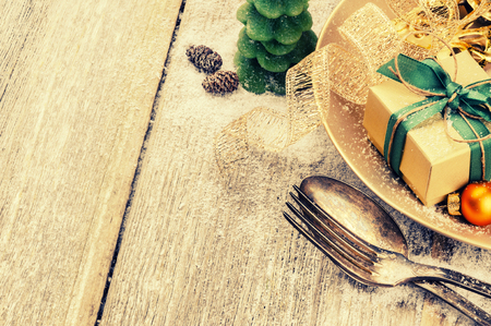 cajas navideñas: Christmas table setting in gold and green tone. Copy space