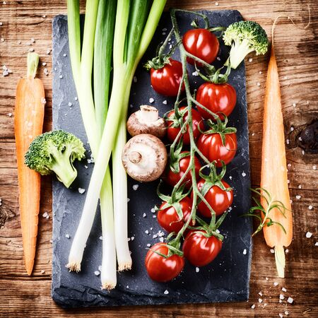 cocina saludable: Cooking setting with fresh organic vegetables on old wood background. Healthy eating concept