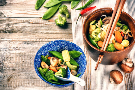 asian noodles: Asian noodles with stir-fried vegetables. Food background with copyspace