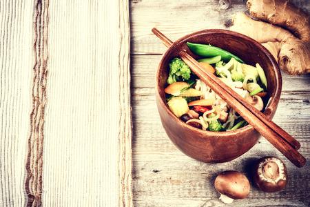 Asiatische Nudeln mit Wokgemüse. Essen Hintergrund mit Exemplar
