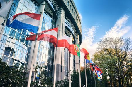 Afzien vlaggen in de voorkant van het gebouw van het Europees Parlement in de herfst dag. Brussel, België
