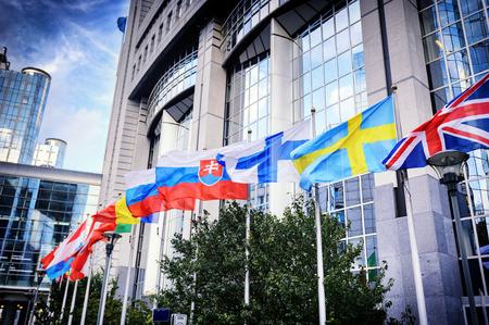 Afzien van vlaggen in de voorkant van het Europese Parlement gebouw. Brussel, België