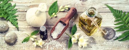 Spa omgeving met jasmijn essentiële olie en bloemen. Wellness concept, bovenaanzicht Stockfoto