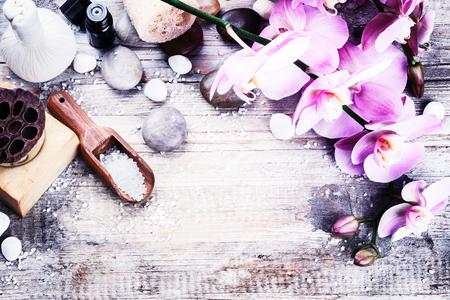 réglage de Spa avec orchidée rose, savon naturel, à base de plantes boule de massage et d'huile essentielle. le concept de bien-être Banque d'images
