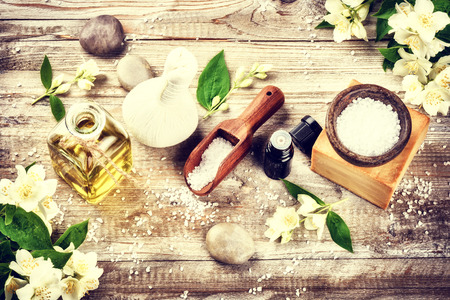 Spa omgeving met jasmijn bloemen en etherische olie. Wellness concept, bovenaanzicht Stockfoto