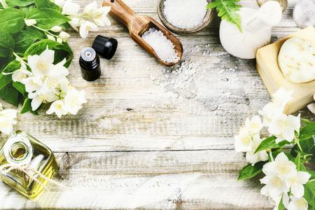 frescura: Configuración de spa con flores de jazmín y aceite esencial. Concepto de la salud, vista desde arriba