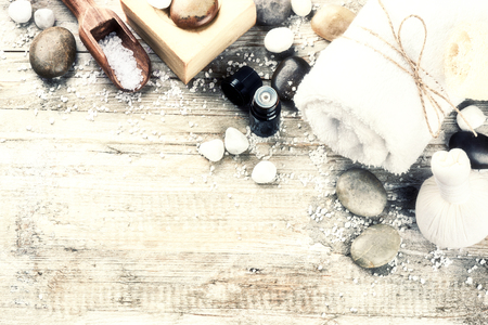 productos naturales: Configuración de spa con jabón natural, bola de masaje a base de hierbas y aceites esenciales. Concepto de la salud con el espacio de la copia