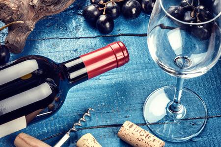 赤ワイン、ブドウおよびコルクのボトルを設定します。青い背景上ワイン一覧コンセプト