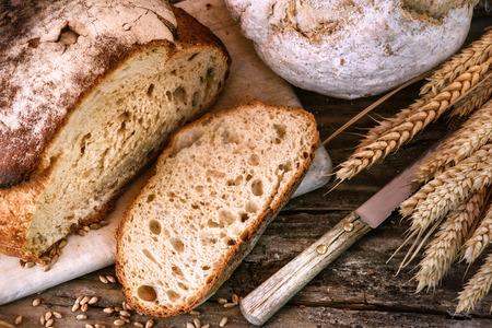 Freshly baked bread in rustic setting. Food background Standard-Bild