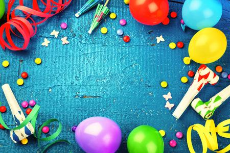 어두운 파란색 배경에 여러 가지 빛깔의 파티 항목 다채로운 생일 프레임입니다. 생일 개념