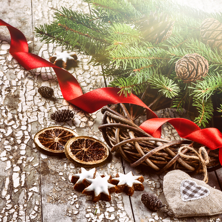 mimbre: Corona de Navidad con ramas de abeto rojo y cinta sobre fondo de madera vieja. Concepto de la Navidad con el espacio de la copia Foto de archivo