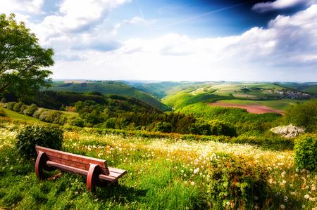 Zomer landschap met eenzame houten bank. Land de natuur achtergrond