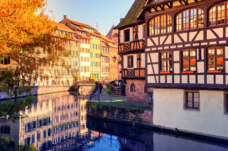 Herbst Stadtbild von Straßburg mit typischen bunten Fachwerkhäusern. Elsass, Frankreich