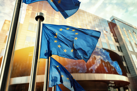 EU-vlaggen die voor het gebouw van het Europees Parlement zwaaien. Brussel, België Stockfoto - 75679762