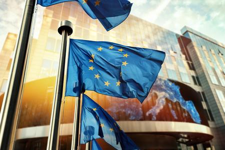 Le bandiere dell'UE agitano davanti all'edificio del Parlamento europeo. Bruxelles, Belgio Archivio Fotografico - 75679762
