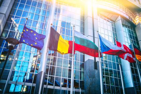 Winkende Fahnen vor dem Gebäude des Europäischen Parlaments. Brüssel, Belgien