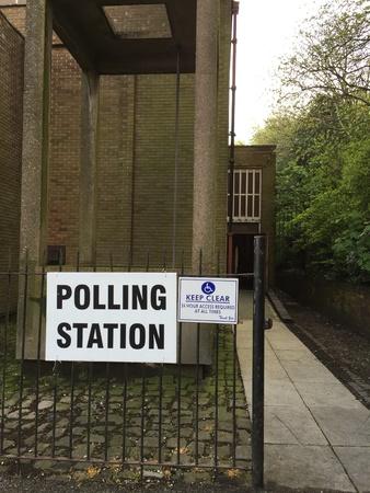 encuestando: Polling station sign at church in Salford Foto de archivo