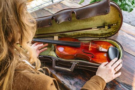 Womans hands with violin and case for violin Banque d'images - 129478783