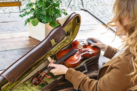 Womans hands holds old violin in case closeup Banque d'images - 129478835