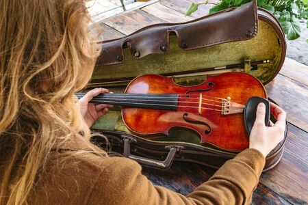 Womans hands holds old violin in case closeup Banque d'images - 129478881