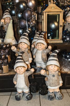 Christmas gnome toy family covered with artificial hoarfrost standing in gifts shop Foto de archivo - 133512551