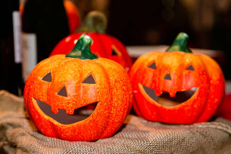 Orange ceramic pumpkin heads for halloween in store 免版税图像