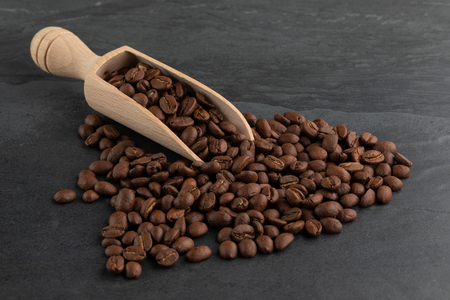 Roasted Coffee Beans with Wooden Scoop Archivio Fotografico - 120123421