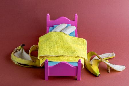 Bananas in Bed Cuddling Naked Archivio Fotografico - 123345817