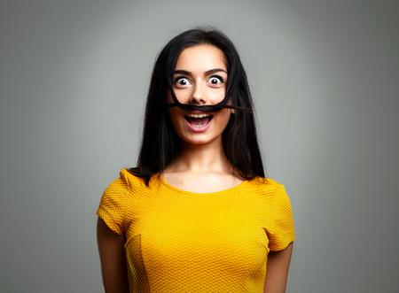 変な愚かな顔を作る面白い女性