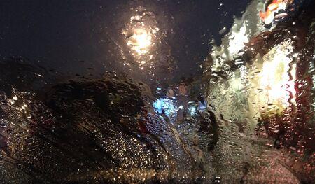 gotas de agua: Gotas de agua en el parabrisas en la noche