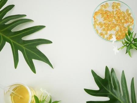 Envases de paquetes de cosméticos. concepto de producto de belleza orgánica natural maqueta con hojas verdes, a base de hierbas. Botella en blanco para el cuidado de la piel de la etiqueta. fondo blanco aislado vista superior.