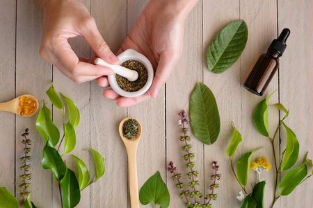 biologische kruidengeneeskunde product. natuurlijk kruid essentieel uit de natuur. Stockfoto